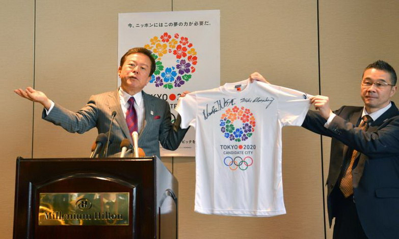 Naoki Inose with Tokyo 2020 tee-shirt signed by Michael Bloomberg resize